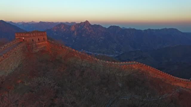 stockvideo's en b-roll-footage met vliegen over de mutianyu grote muur in peking, china - mutianyu