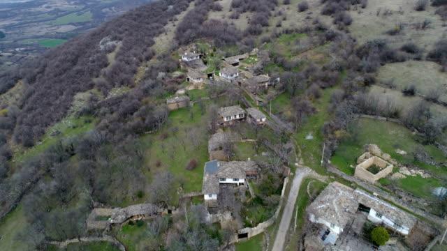 vídeos de stock, filmes e b-roll de voando sobre a velha aldeia - acima