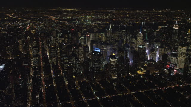 vídeos y material grabado en eventos de stock de flying over the skyscrapers of midtown manhattan at night, looking back at times square. shot in november 2011. - artbeats