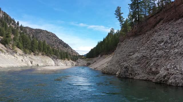 vídeos y material grabado en eventos de stock de flying over the snake river in jackson canyon on sunny day - río snake