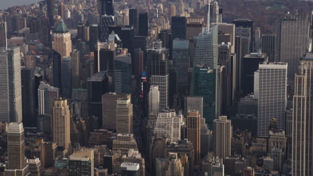flying over times square and midtown manhattan, central park in background. shot in 2011. - artbeats 個影片檔及 b 捲影像