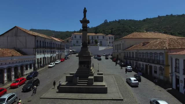 vídeos de stock, filmes e b-roll de flying over tiradentes square in ouro preto, minas gerais, brazil - monument