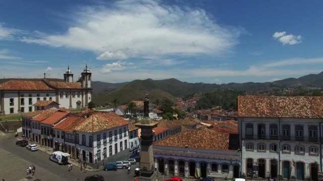 vídeos de stock, filmes e b-roll de flying over tiradentes square in ouro preto, minas gerais, brazil - aldeia