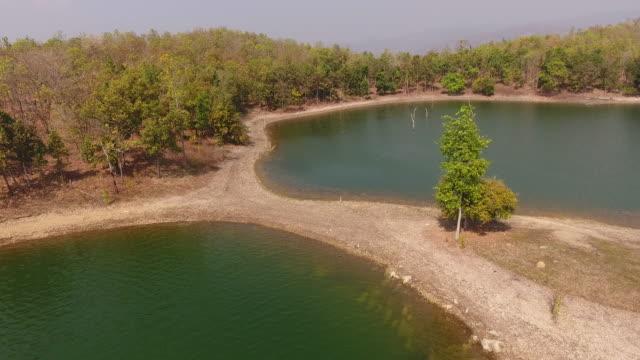 熱帯湖と海岸線の上空を飛行, 航空ビデオ - リフレクション湖点の映像素材/bロール