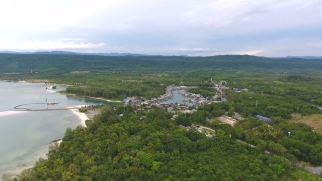 flygande över tropiska hav och strand med klart vatten och våg bryter, antenn video - andamansjön bildbanksvideor och videomaterial från bakom kulisserna