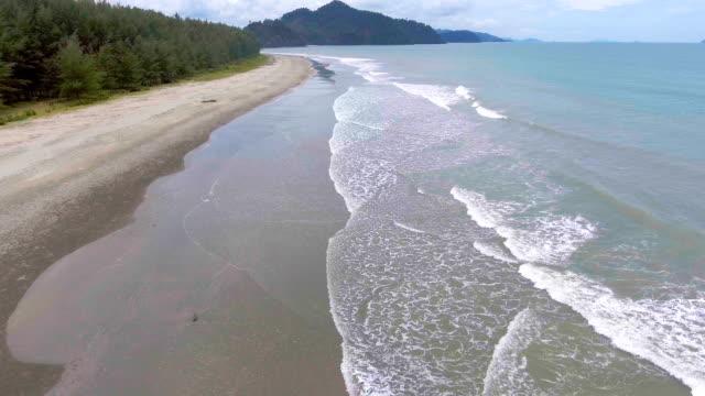 vidéos et rushes de flying over tropical mer et plage avec breaking wave, vidéo aérienne - pince à papier
