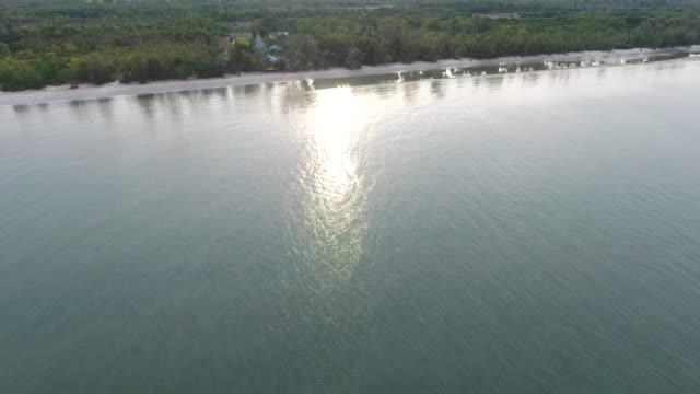 fliegen über tropische meer und strand mit wellen brechen, aerial video - klammer stock-videos und b-roll-filmmaterial
