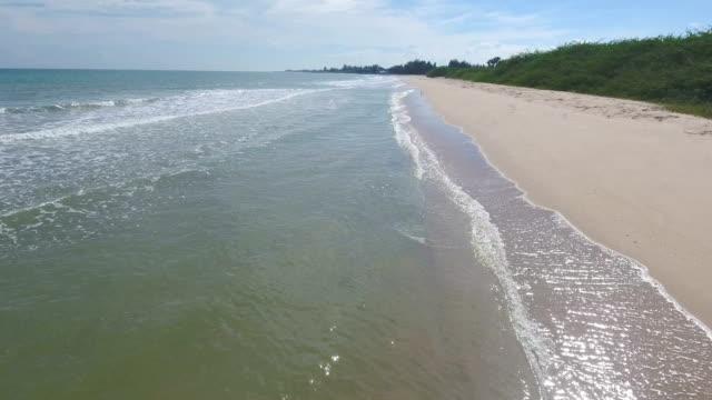 flying over tropischen meer und strand mit welle bricht in schöner tag, aerial video - klammer stock-videos und b-roll-filmmaterial