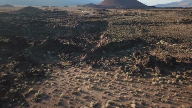 Vliegen Over vulkanische rots formaties Californië