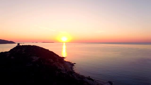 luftaufnahme: fliegen über wachturm bay - sardinien stock-videos und b-roll-filmmaterial