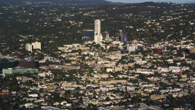 vídeos de stock, filmes e b-roll de flying over west hollywood with sierra towers in mid-ground. shot in 2010. - west hollywood
