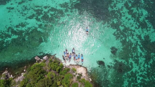 vídeos y material grabado en eventos de stock de volando sobre la playa blanca, limpiar el mar y la isla de - mckyartstudio