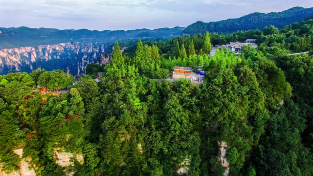 vidéos et rushes de survoler le parc forestier national de zhangjiajie en chine - unesco