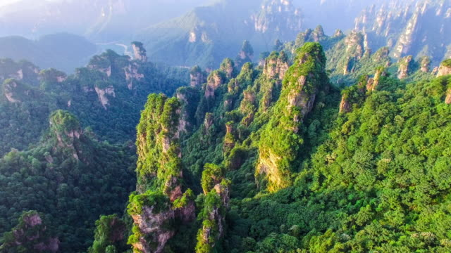 vidéos et rushes de survoler le parc national de zhangjiajie en chine - unesco