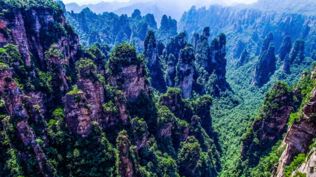 Vliegen over Zhangjiajie natuurpark in China