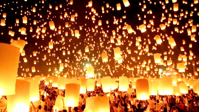 stockvideo's en b-roll-footage met flying paper lanterns in loi kra tong festival. - ceremonie