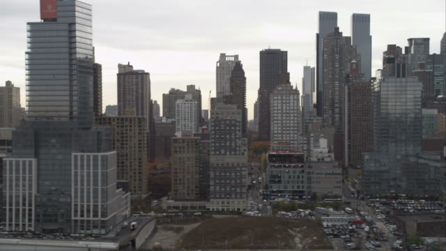flying past midtown manhattan. shot in november 2011. - artbeats 個影片檔及 b 捲影像