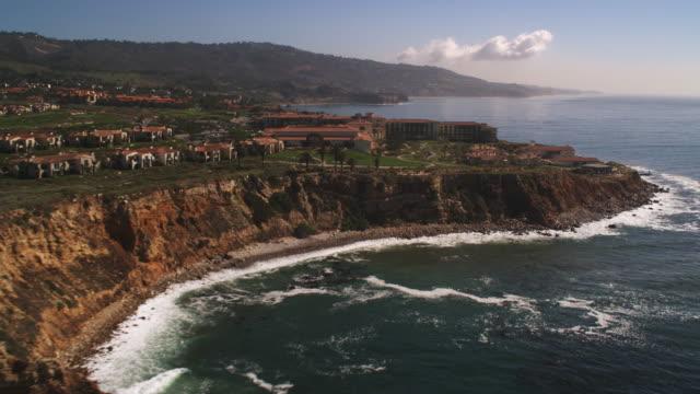 flying past palos verdes peninsula, california - artbeats 個影片檔及 b 捲影像