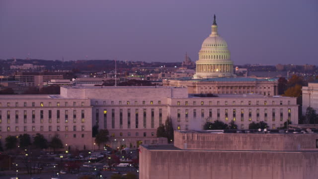 stockvideo's en b-roll-footage met flying past senate office buildings in front of the capitol at dusk, washington dc. shot in 2011. - senaat verenigde staten