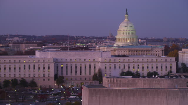 flying past senate office buildings in front of the capitol at dusk, washington dc. shot in 2011. - artbeats 個影片檔及 b 捲影像