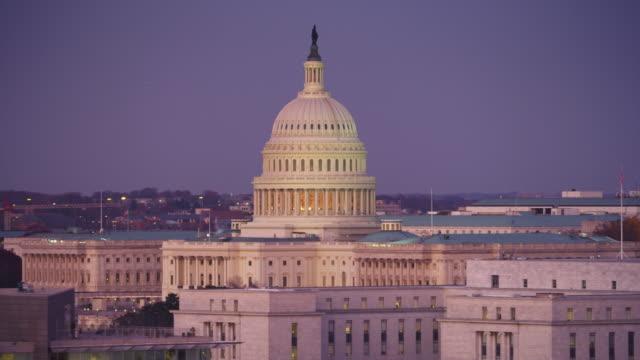 flying past the capitol building, washington dc. shot in 2011. - artbeats 個影片檔及 b 捲影像