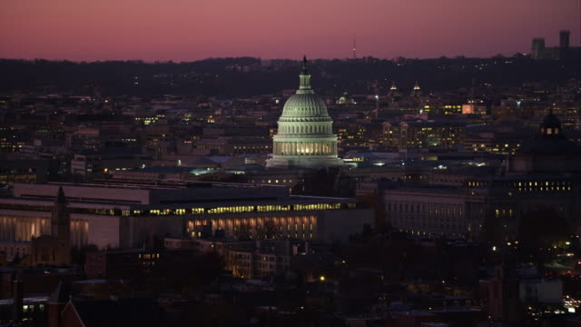 flying past the capitol dome at dusk, washington dc; national cathedral on skyline. shot in 2011. - artbeats 個影片檔及 b 捲影像