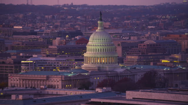 flying past the dome of the capitol at dusk, washington dc. shot in 2011. - artbeats 個影片檔及 b 捲影像