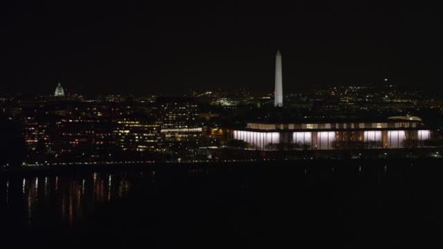 vídeos y material grabado en eventos de stock de flying past the kennedy center at night with washington dc cityscape in background. shot in 2011. - río potomac