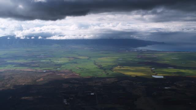 flying south above maui near pukalani - 谷点の映像素材/bロール