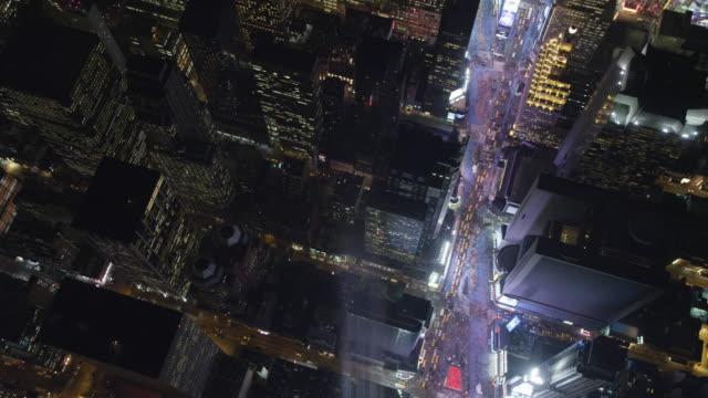 vídeos y material grabado en eventos de stock de flying southeast over times square at night, heading toward rockefeller center. shot in 2011. - artbeats