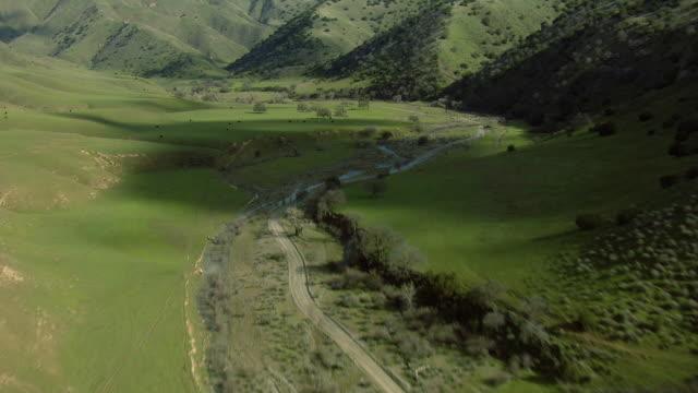 vidéos et rushes de flying through a green valley in california - hémisphère nord