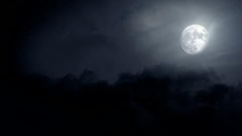 vidéos et rushes de voler au ciel clair-loop - lune
