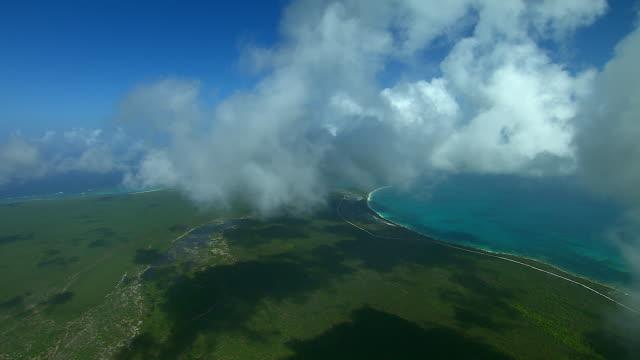 vídeos de stock e filmes b-roll de flying through clouds over barbuda - 1 minuto ou mais