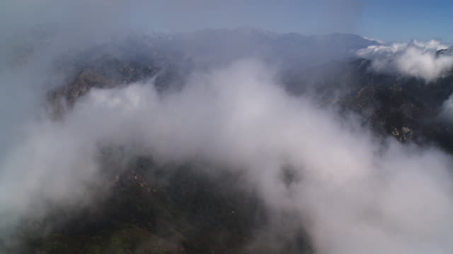 vídeos de stock, filmes e b-roll de flying through clouds over the angeles national forest in the rugged san gabriel mountains, california. shot in 2010. - angeles national forest
