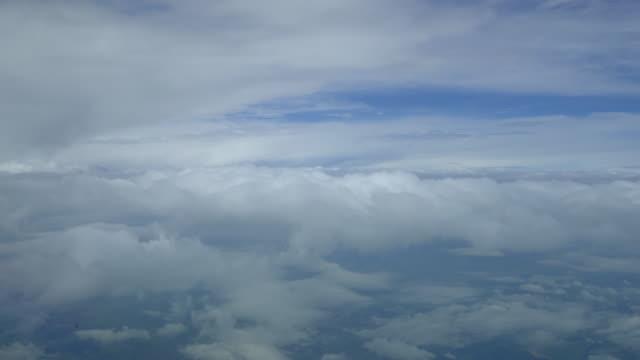 雲の中を飛ぶ(コックピットpovショット) - 天国点の映像素材/bロール