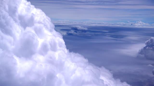 Voler à travers les nuages cumulonimbus sur vol