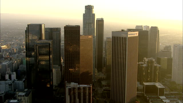 stockvideo's en b-roll-footage met flying through financial district along & over high-rise buildings w/helipads toward staples center & live: bank of america center, wells fargo,... - us bank tower