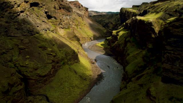 vídeos de stock e filmes b-roll de flying through gorge - islândia