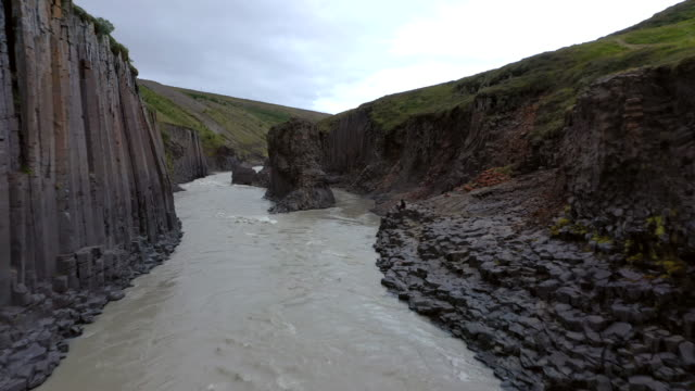 stockvideo's en b-roll-footage met vliegen door studlagil canyon iceland - vallei