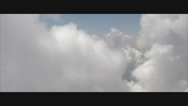 vídeos de stock e filmes b-roll de pov, flying through white clouds against blue sky - paisagem com nuvens