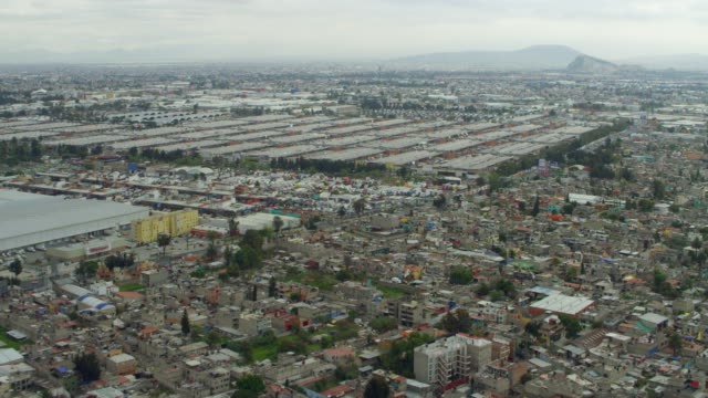 vídeos de stock, filmes e b-roll de flying towards central de abastos in mexico city - méxico central