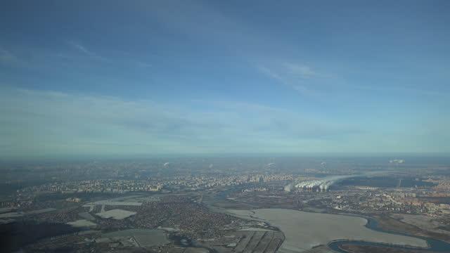 vídeos de stock e filmes b-roll de flying towards moscow city - cabine de piloto de avião