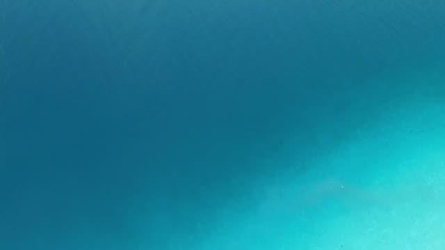 flug nach oben auf das meer, die episode 2 von 5 – von leichten blauen zum strand - 360 grad panorama stock-videos und b-roll-filmmaterial