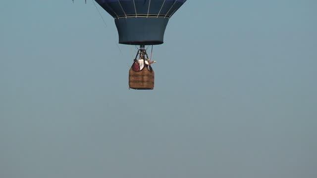 flying - korb stock-videos und b-roll-filmmaterial