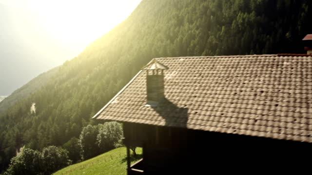 Volante vista sul villaggio alpino e natura