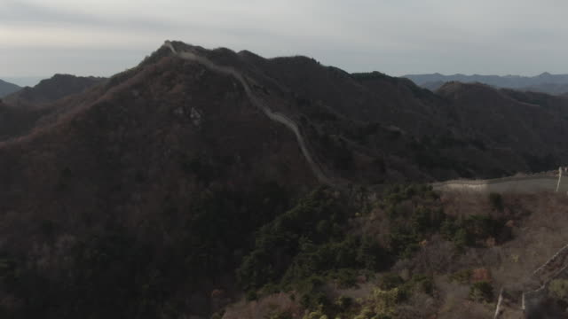 flyover aerial drone shot of the great wall of china and mountains in beijing china - aerial or drone pov or scenics or nature or cityscape stock-videos und b-roll-filmmaterial