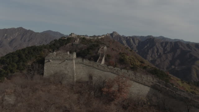 vídeos de stock e filmes b-roll de flyover aerial drone shot of the great wall of china and mountains in beijing china - aerial or drone pov or scenics or nature or cityscape