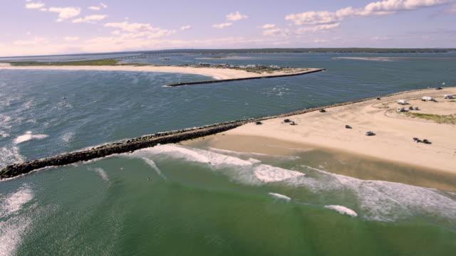 vidéos et rushes de flyover of inlet to bay area - long island