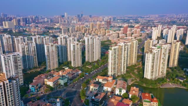 flyover residential buildings - kamerafahrt mit dolly stock-videos und b-roll-filmmaterial