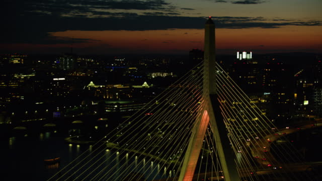 flyover shot of the leonard p zakim bunker hill memorial bridge at night - ザキム・バンカーヒル橋点の映像素材/bロール